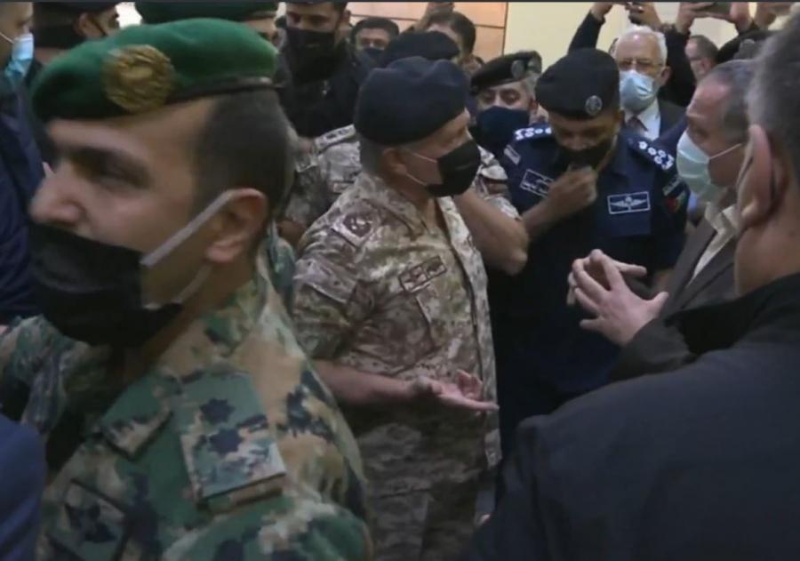 لحظة وصول الملك إلى مستشفى السلط  - فيديو