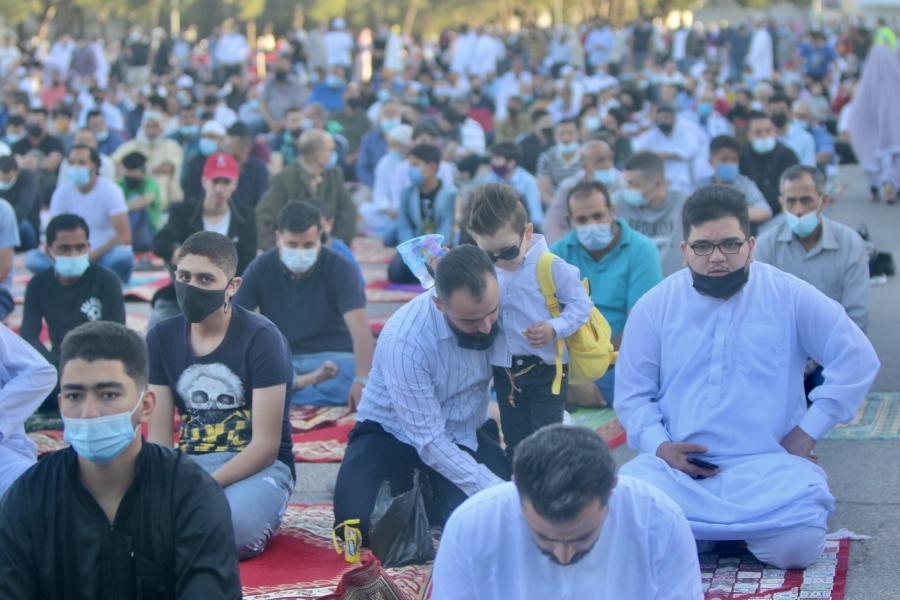 مصلون يؤدون صلاة العيد وسط التزامهم بالإجراءات الصحية