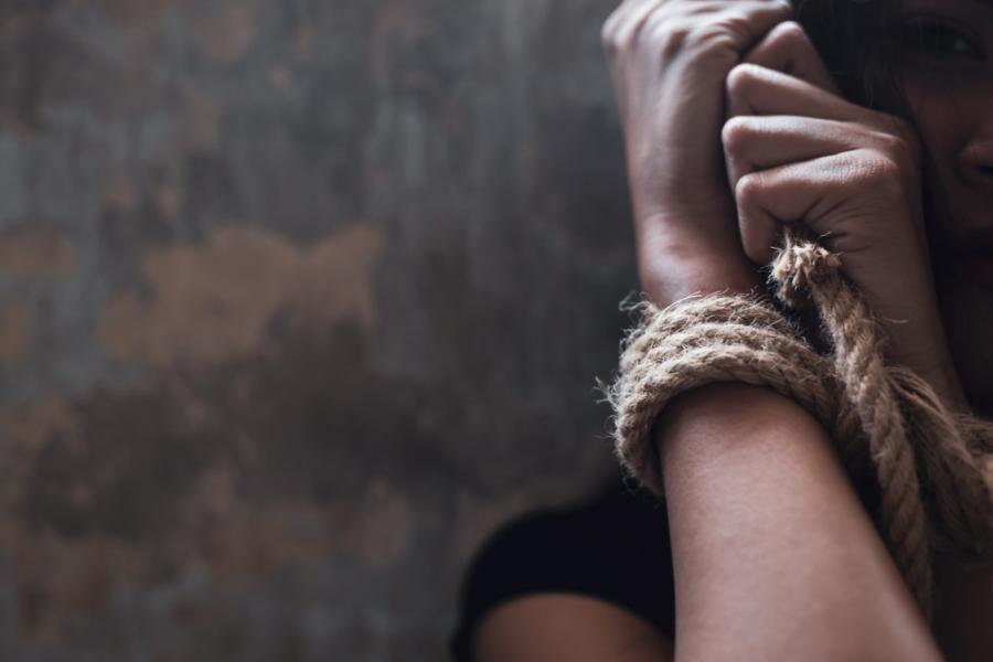 ما قصة قيام إمرأة منقبة بإستدراج مسنة وتخديرها وسلبها في إربد الأمن يوضح