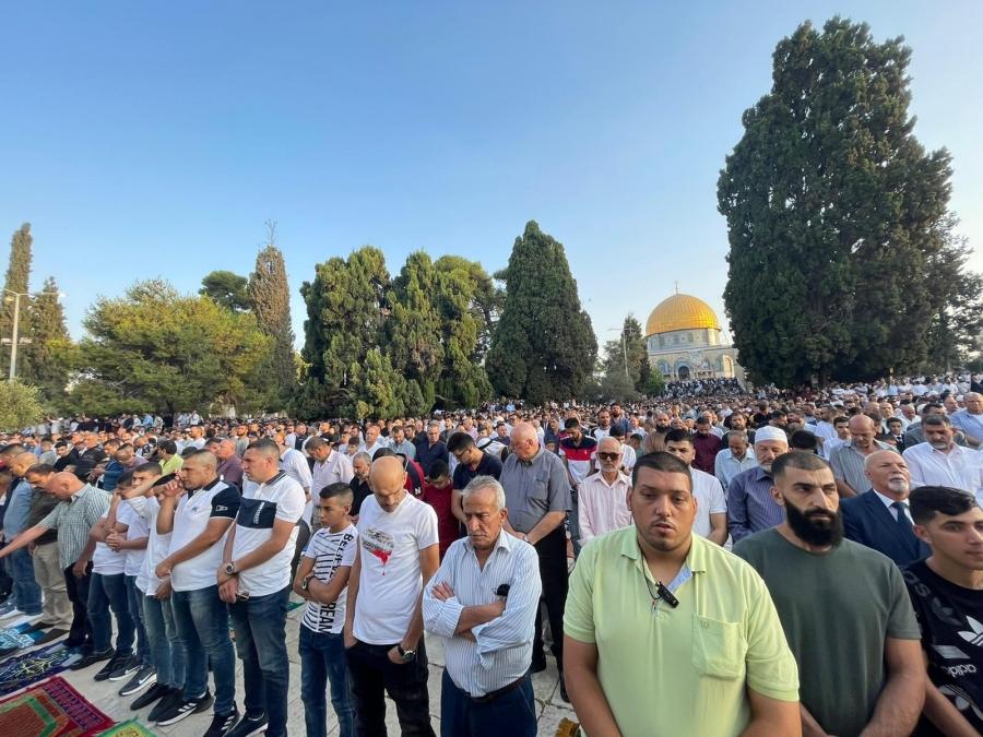 الاف الفلسطينيين يؤدون صلاة العيد بالمسجد الأقصى